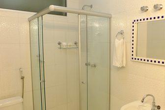 Banheiro da suite  standard interna no videiras palace hotel em cachoeira paulista