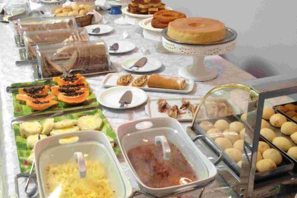 Buffet do café da manhã Colonial no videiras palace hotel em cachoeira paulista cidade da canção nova.
